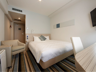 【Semi double rooms】Furnished with wide, comfortable desks that face toward a window. 【セミダブル】出窓に面したワイドで快適なデスク周り